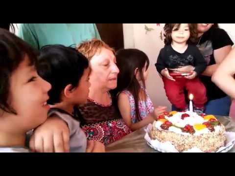Gringa, rodeada de sus nietos, soplando la vela en su cumple
