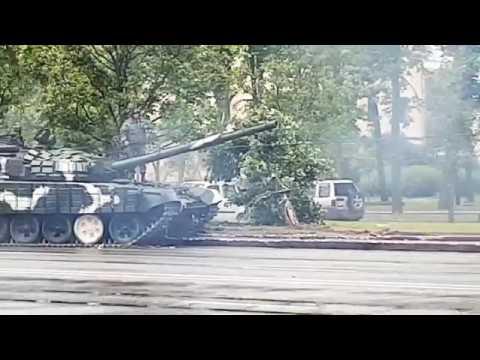 Танк Т-72 ехал на парад в Минске