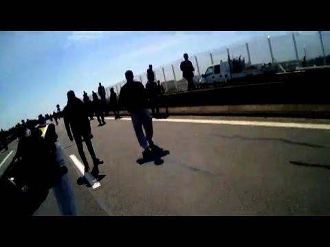 Images embarqués d'un CRS face à des migrants à Calais