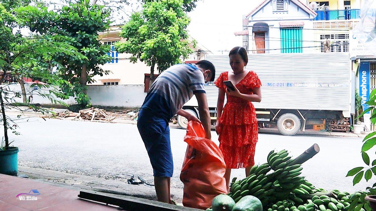VC Lê Thị Dần đi mua đồ chia sẻ cùng bà con Miền Nam