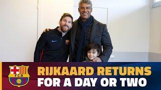 Frank Rijkaard drops by Barça's workout!