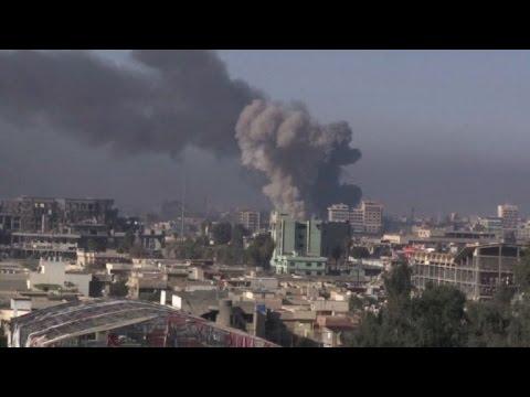 Fuerzas iraquíes van por los edificios del gobierno en Mosul
