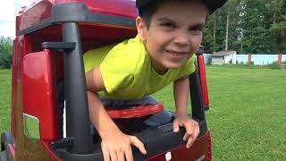 Малыш увеличил машинки и катается на синем тракторе История про волшебную палочку Andrey Kids Play