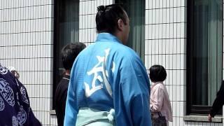 平成23年5月8日、技量審査場所(初日)の力士場所入りの模様です。 良く...