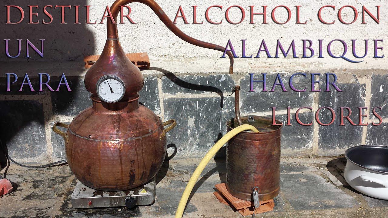 Destilar alcohol con un alambique para hacer licor casero