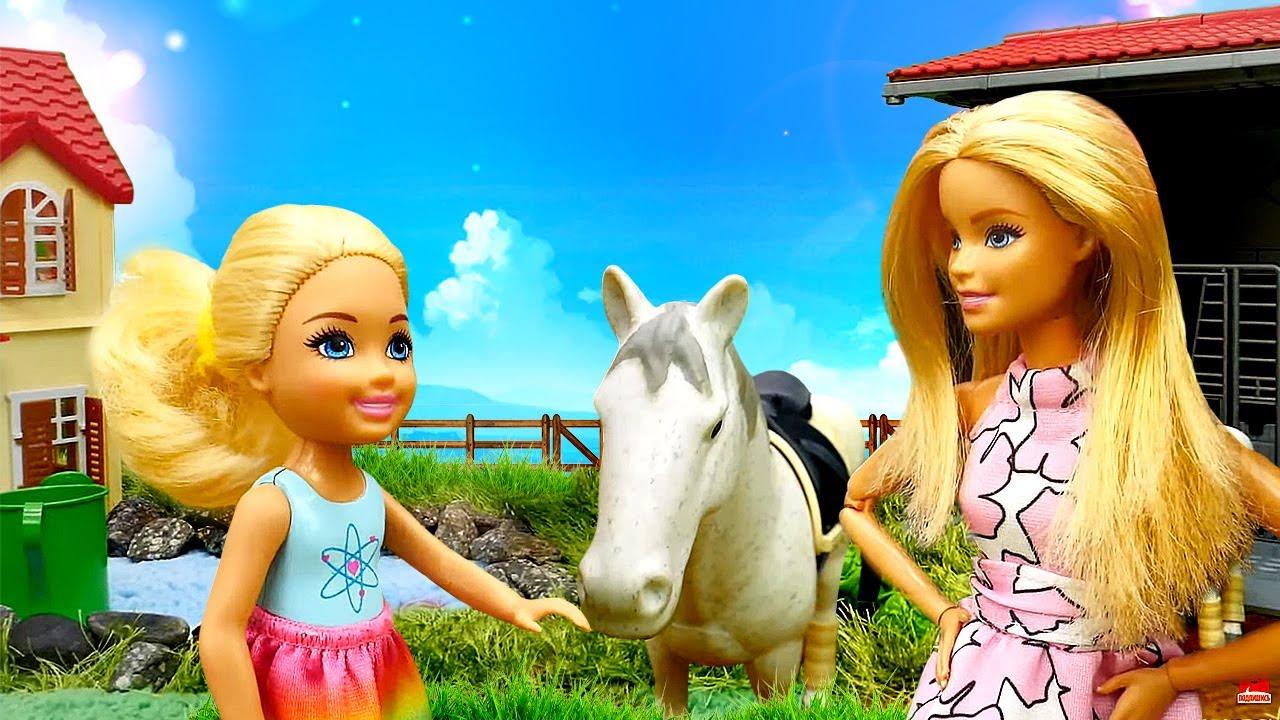 Video mit der Clownin. Chelsea arbeitet auf dem Bauernhof. Puppen Video für Kinder.