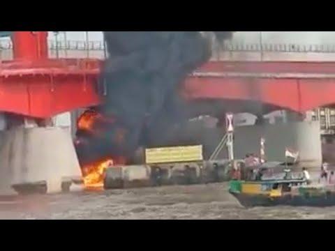 Video: Kapal Terbakar di Bawah Jembatan Ampera Sungai Musi