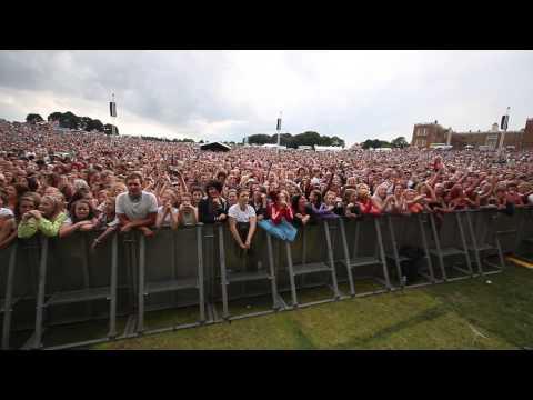 70,000 People Singing Karaoke