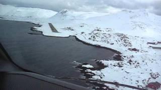 Wideroe Dash 8 cockpit view landing Honningsvåg