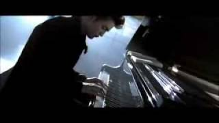 Twilight-Exclusive Edward playing piano