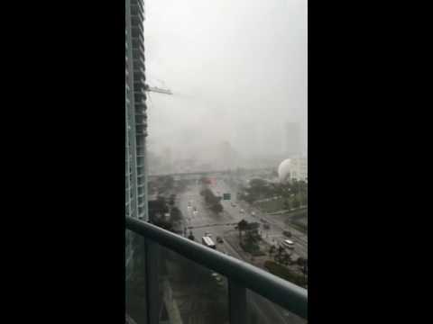強風で高層マンションから家具が飛んでしまっている動画。道路には普通に車が止まっています。