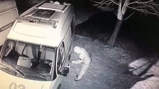 Сливают бензин с машин скорой помощи