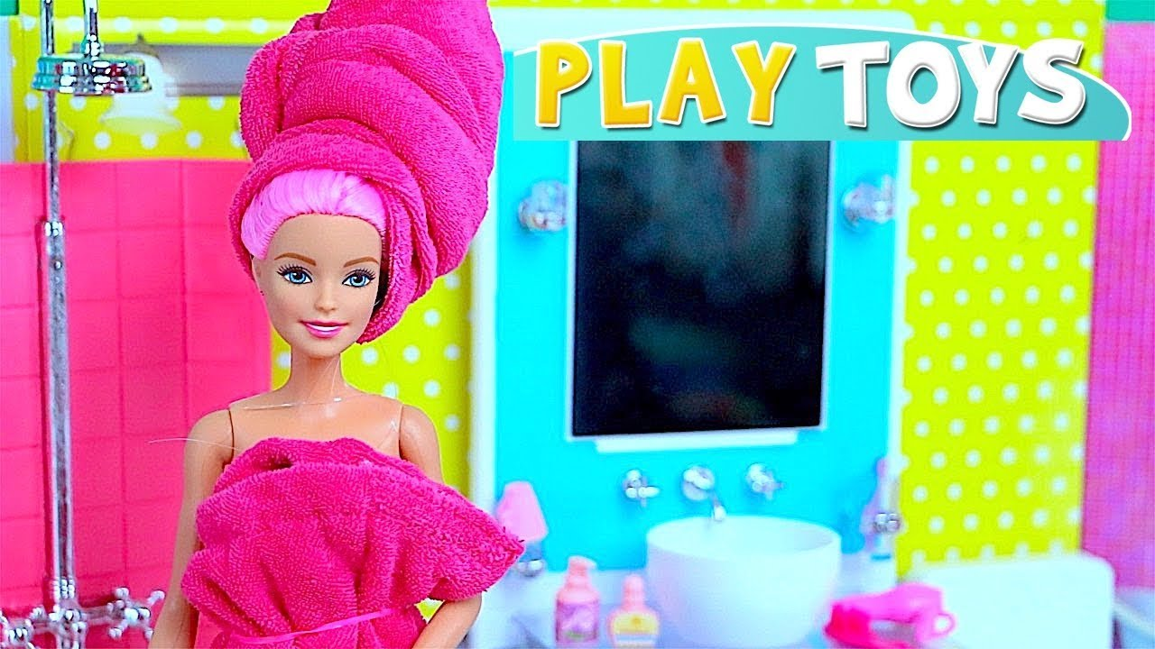 Barbie doll hair style and make up in pink bathroom by Play Toys ! ????