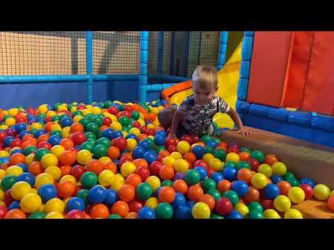 Playing at toddler's playroom in Children's city (gemelos juegan en la sala de juegos)