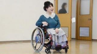 車いすの人でも簡単に着ることができるおしゃれな洋服を作って、障害者...