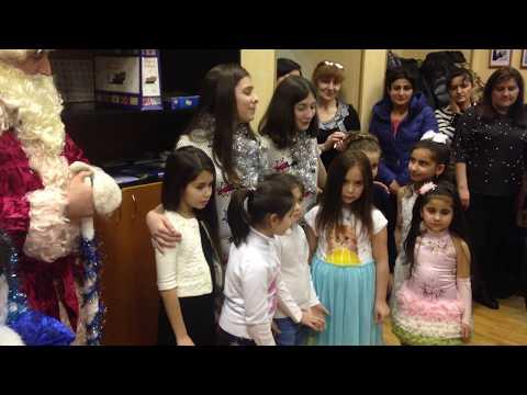 Первый Дед Мороз в новой армянской школе Петербурга
