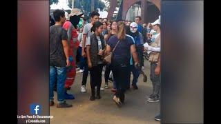 A correazos, mamá sacó de una protesta estudiantil a su hijo en Bucaramanga | Noticias Caracol