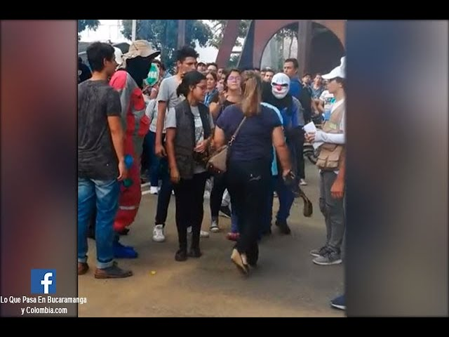 A correazos, mamá sacó de una protesta estudiantil a su hijo en Bucaramanga   Noticias Caracol