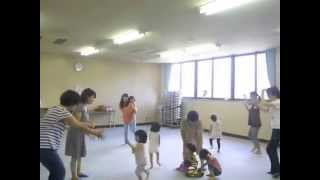 親子リトミックの 2〜3歳児クラス。フルーツマラカスを持って即時反応...