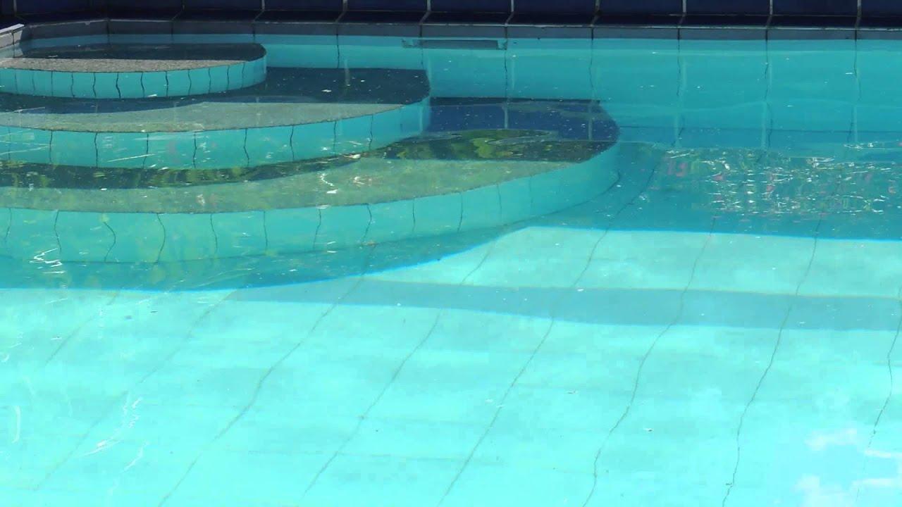 4492 superficie de agua de piscina con ondas en - Piscina onda ...