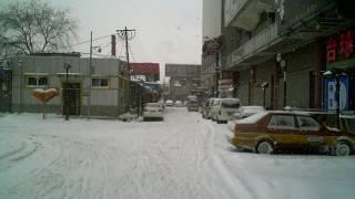 RECORD BLIZZARD Beijing Jan 3, 2010   part 2   To Happy Dragon Hostel   Amanda Clearing Snow