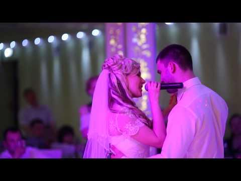 Девушка поёт мужу на свадьбу