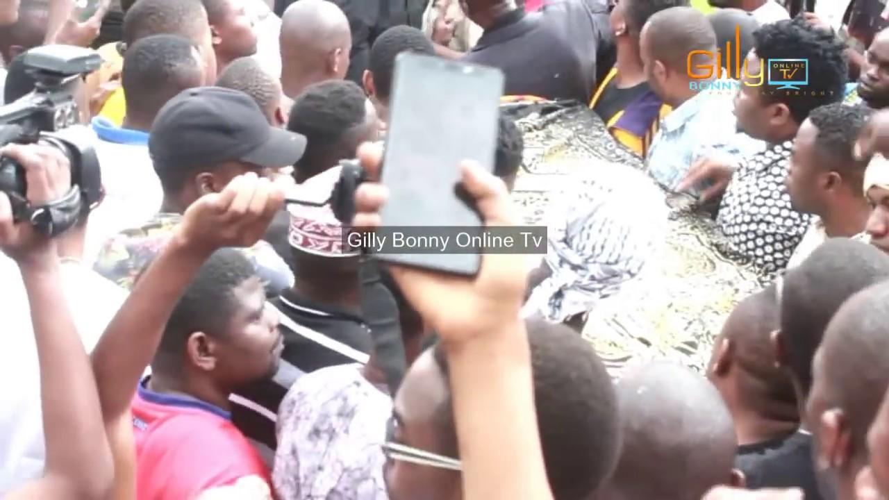 Download Diamond Achafua hali ya hewa msibani, agombania kubeba Jeneza la Mzee Majuto Karimjee Dar