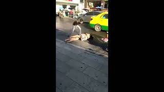 2 Wanita Berkelahi Di Pinggir Jalan Sampai Lepas Baju