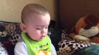 видео Почему дети всё тянут в рот?