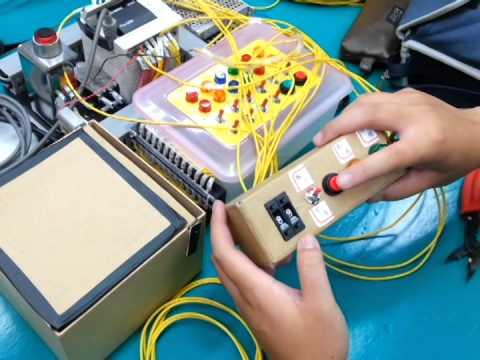 高第一 機械與自動化工程系 機械二A 第七組 PLC期末實習專題 - 電子密碼鎖 - YouTube