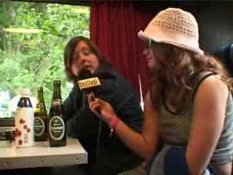 Søren Huss fra Saybia bliver interviewet af fans på Jelling Festival.
