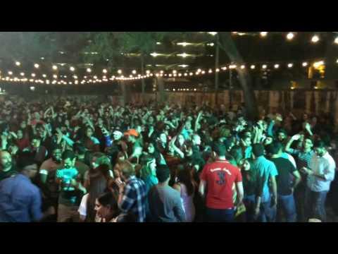 Desi Dj making firang crowd crazy on Lungi Dance...