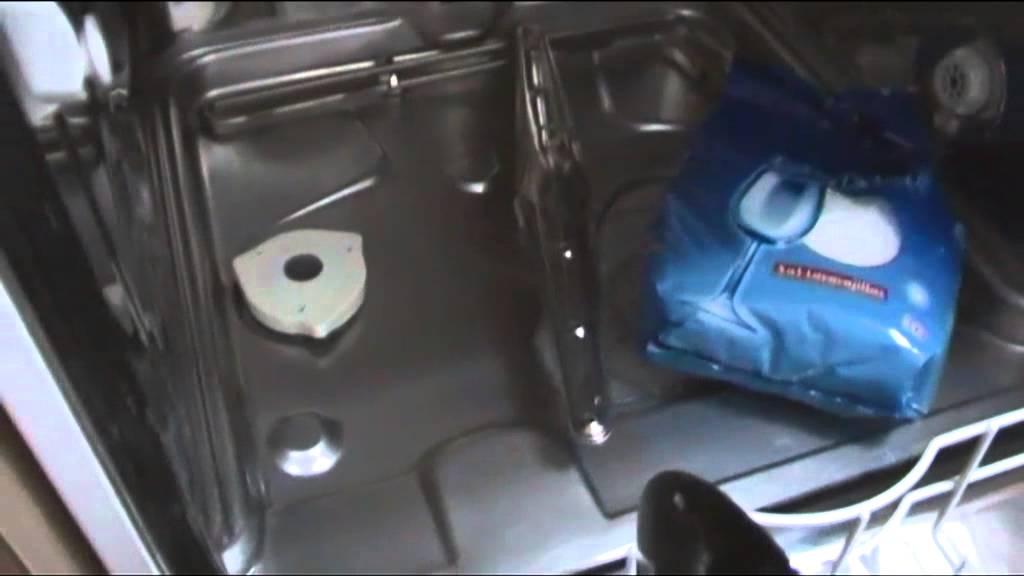Agua en el fondo del lavavajillas