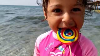 Ayşe Ebrar Denize Lolipop Şekerini Düşürdü. Tekrar Aldı Fakat Yiyemedi. Eğlenceli Çocuk Videosu