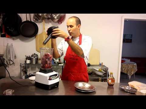 הכנת סורבה תות בבבלנדר על. לא יאמן כמה קל, מהיר וטעים ברגע.