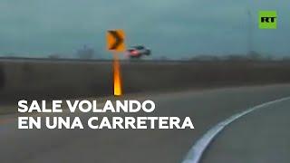 Un coche sale volando tras salirse en una curva en una autopista
