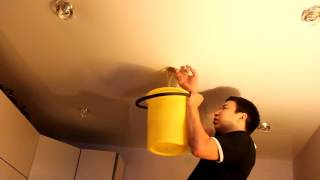 видео Как слить воду с натяжного потолка