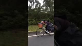 Una monja, a toda velocidad en una bici por las carreteras gallegas