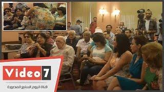 سولاف فواخرجى وسوزان نجم الدين تقبلان رأس محفوظ عبد الرحمن بعد حديثه عن سوريا