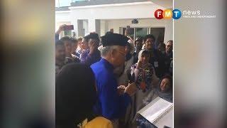 Najib menyanyi, menari di rumah terbuka tapi Rosmah tidak