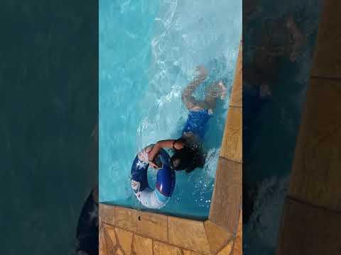 Minha peixinha tomando banho de piscina