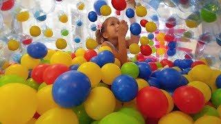 Karlar ülkesi Elsa oyun evini 2500 havuz topuyla doldurduk, Eğleceli çocuk videosu