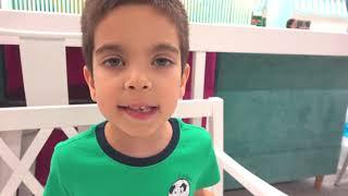 Малыш ищет машинки в игровом центре и катается на больших машинках
