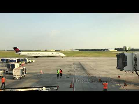 Delta Airlines MD-88 [N956DL] Pulling Into Gate | KSAV