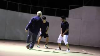 Футбольный фристайлер переоделся в дедушку и уделывает пацанчиков на районе