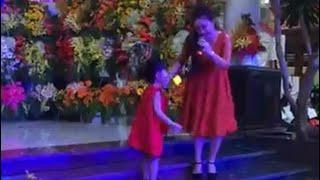 NSƯT Thoại Mỹ  duyên dáng múa cùng bé gái