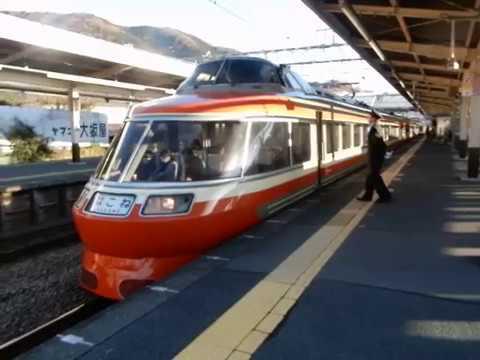 新松田駅に到着するLSE小田急ロマンスカー