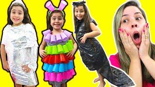 Heloísa finge brincar de fazer vestidos para festa ♥ makes a new Dress for Birthday