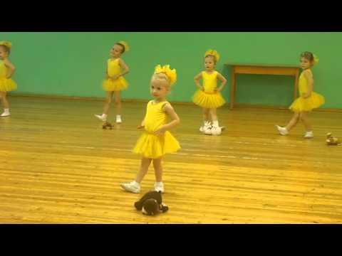 Танец Модные игрушки. (София-3,9 года)