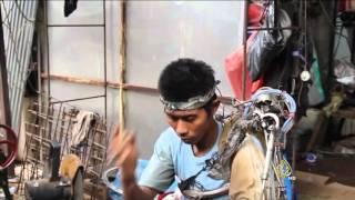 إندونيسي مصاب بشلل نصفي يبتكر ذراعا آلية